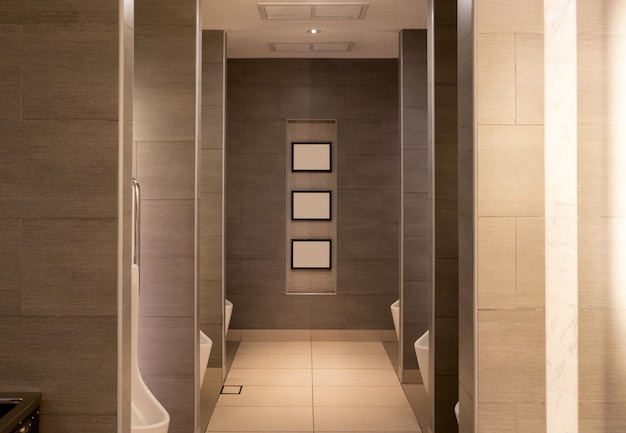 Banheiro público de luxo marrom com urina de cerâmica de linhas