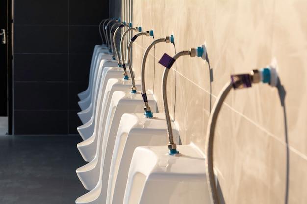 Banheiro público em prédio público. interior do toalete público para o conceito da parte externa e da construção.