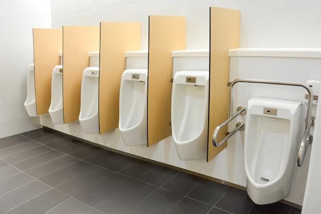 Banheiro público masculino limpo e moderno com design amigável para pessoas com deficiência ou idosos