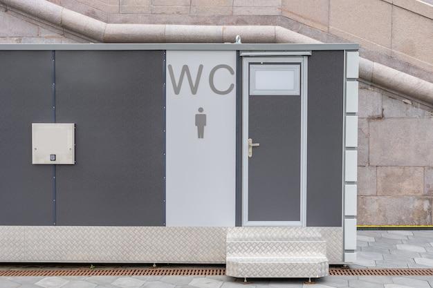 Banheiro público moderno externo ao ar livre banheiro moderno em metal ao ar livre sinal de banheiro