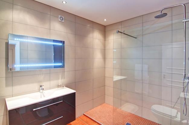 Banheiro rico. na decoração.