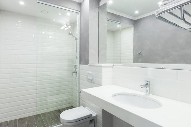 Banheiro simples do hotel