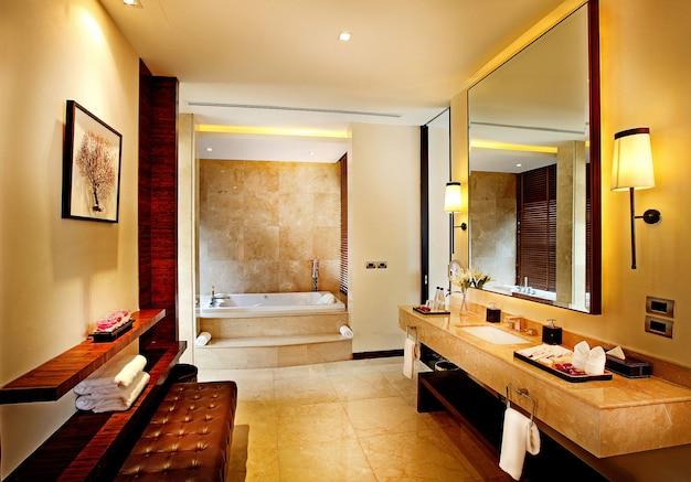 Banheiros modernos em hotéis de luxo.