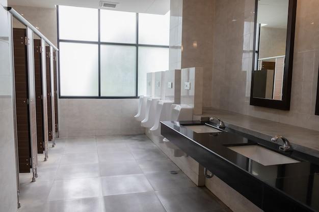 Banheiros públicos bem projetados estilo moderno e limpo
