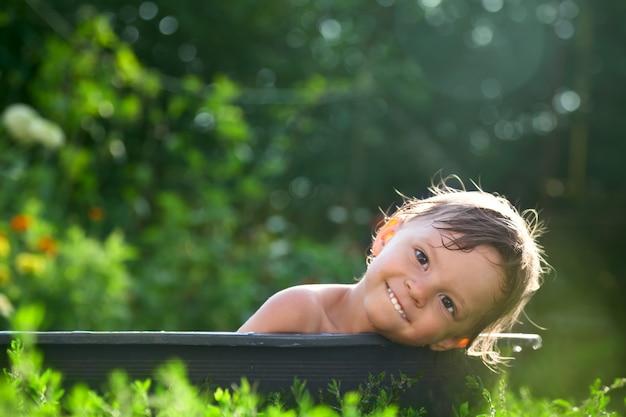 Banho ao ar livre do bebê