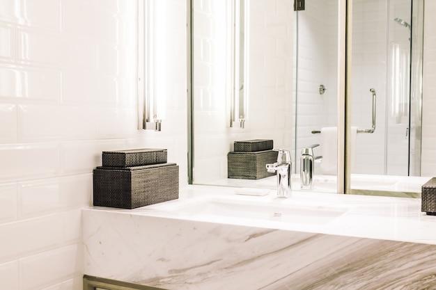 Banho casa de banho torneira brilhante