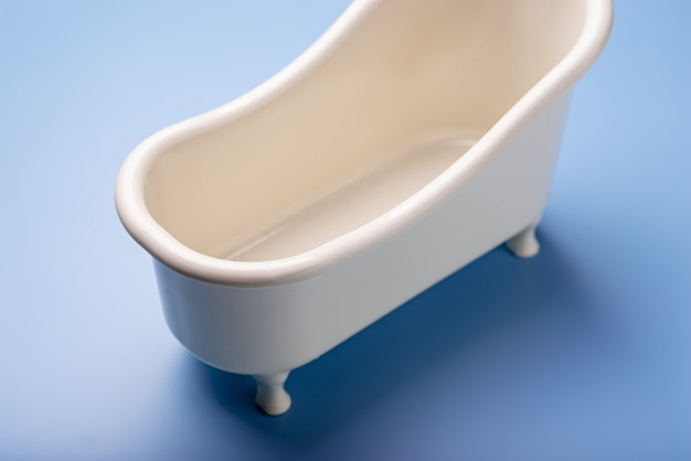 Banho de brinquedo vazio sobre um fundo azul. o conceito de limpeza, higiene.
