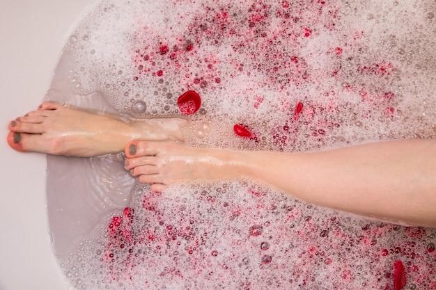 Banho de dia dos namorados romântico com petails rosa, mulher no spa em casa, auto cuidado de luxo
