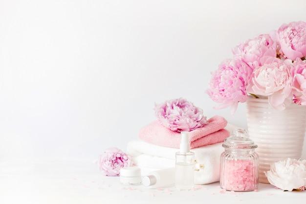 Banho e spa com flores de peônia produtos de beleza toalhas