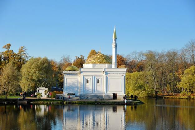 Banho turco contra folhas de outono no parque catherine em pushkin perto de são petersburgo