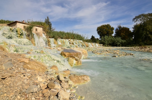 Banhos termais com cachoeiras em saturnia, itália.