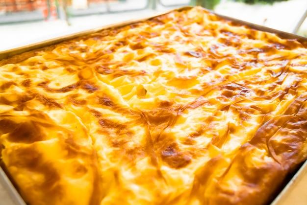Banitsa caseiro turco tradicional - torta com queijo em uma bandeja