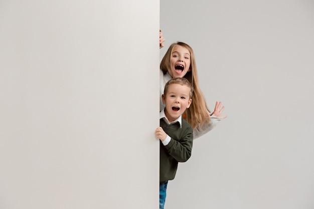 Banner com crianças surpresas espiando na borda