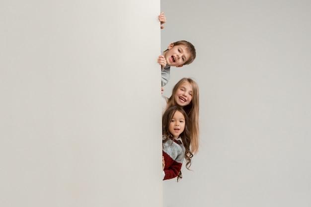 Banner com um surpreso crianças espreitando na borda