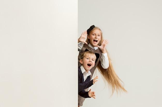 Banner com uma surpresa crianças espreitando na borda