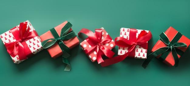 Banner com vários presentes de natal vermelhos e verdes