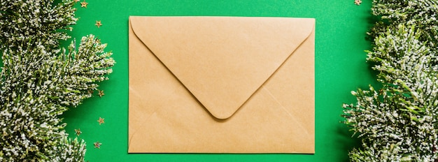 Banner da web com envelope de papel