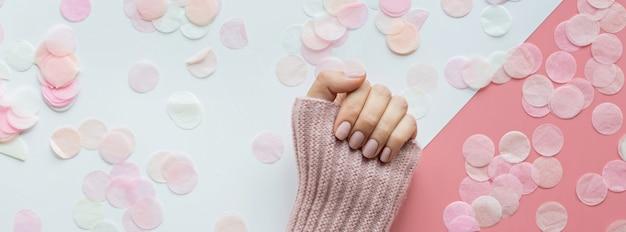 Banner da web com mão de mulher