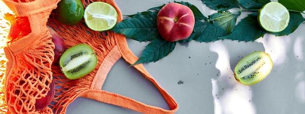 Banner de configuração plana de sacola de compras de malha ecológica com frutas