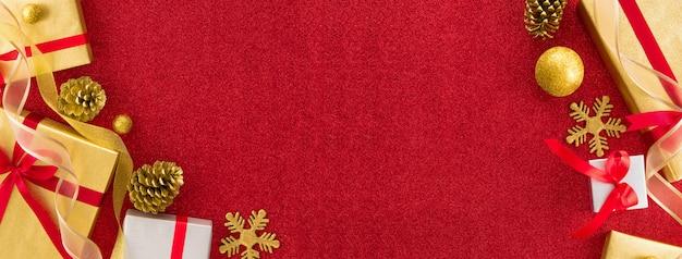 Banner de design de fronteira de natal com caixas de ouro e prata, arredondadas por fita vermelha e papel de glitter para decorações