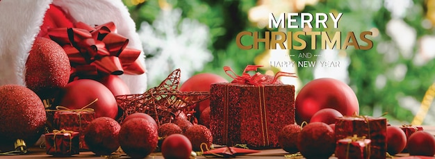 Banner de feliz natal e feliz ano novo para a capa ou capa do site de mídia social ou decoração de página de fã. foto de ornamentos decorativos com texto de bênção de natal e letras com caixas de presente e bokeh.