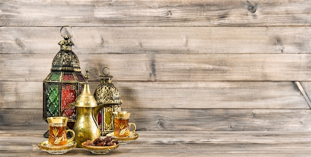 Banner de férias decoração de lanterna oriental com fundo de madeira