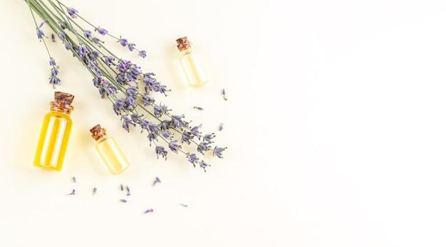 Banner de frascos de óleo essencial de lavanda ou perfume com flores