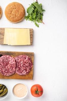 Banner de hambúrguer. ingredientes crus para conjunto de hambúrguer, em pedra branca