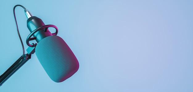 Banner de microfone de estúdio com luzes de néon vermelhas e azuis