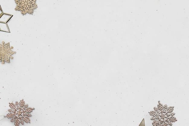 Banner de mídia social de natal dourado com flocos de neve e espaço de design