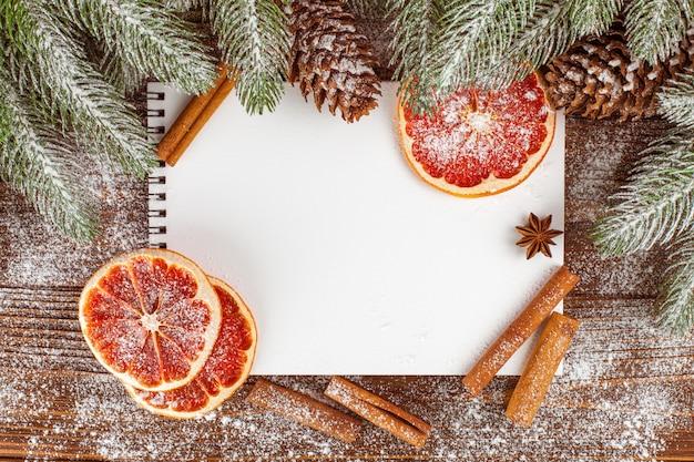 Banner de natal com árvore verde, cones, decorações de feltro artesanal, laranja e canela