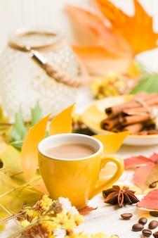 Banner de outono com café com canela na madeira branca