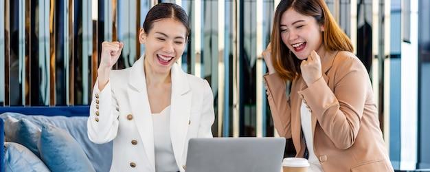 Banner de página da web ou modelo de capa da felicidade de duas empresárias asiáticas comemorando
