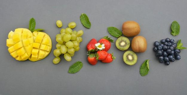 Banner de várias frutas isoladas em fundo cinza