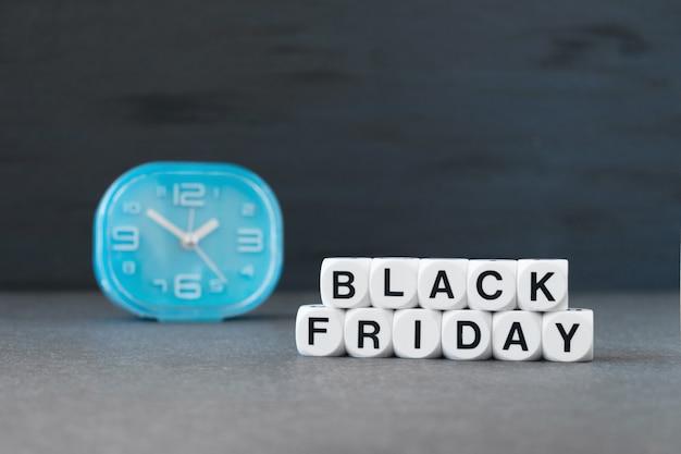 Banner de venda com a palavra texto sexta-feira negra e o relógio azul