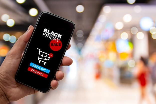 Banner de venda da black friday, as mãos estão comprando com smartphones durante a promoção de black friday