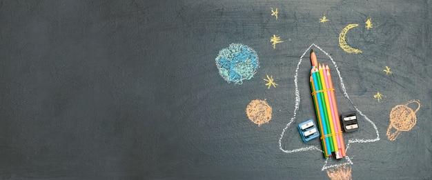 Banner de volta às aulas com um foguete feito de lápis no conselho escolar flatley copyspace