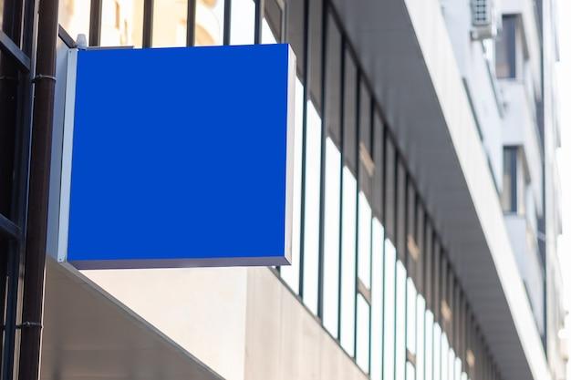 Banner do logotipo simulado para publicidade e anúncios. bandeira azul ao ar livre. maquete do outdoor na tela azul