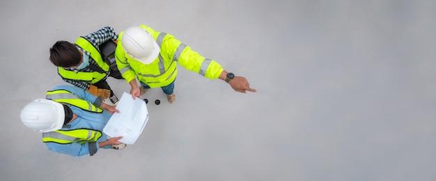 Banner: engenheiro civil inspeciona a estrutura no canteiro de obras em relação ao projeto, inspetor de construção se junta à inspeção da estrutura do edifício com o engenheiro civil. engenheiro civil mantém planta inspeciona prédio