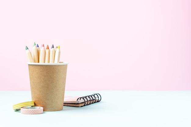 Banner escolar com lápis em uma xícara de café com espaço de cópia