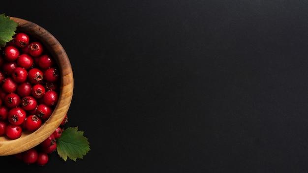 Banner escuro com frutas na tigela de madeira.