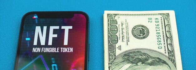 Banner nft contra dinheiro, logotipo do token não fungível e notas de dólar na mesa do escritório, foto do futuro da crypto art concep