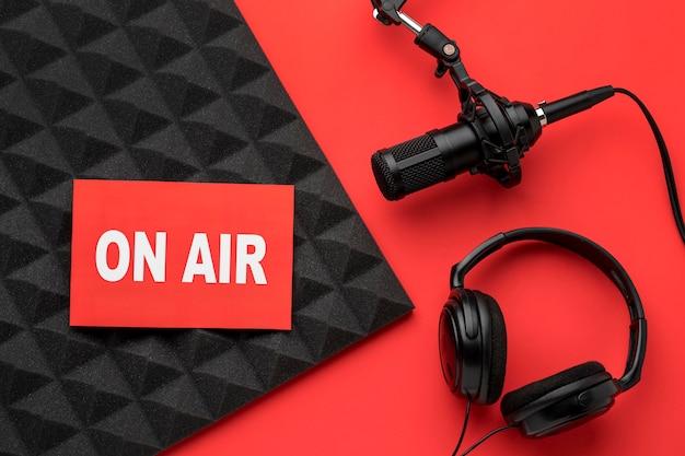 Banner no ar e microfone com fones de ouvido