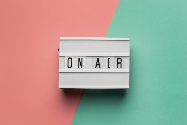 Banner no ar para estação de rádio em fundo rosa e azul claro