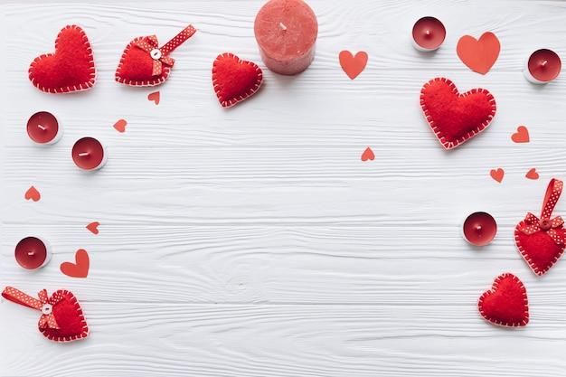 Banner para o dia dos namorados com corações decorativos, velas e presentes