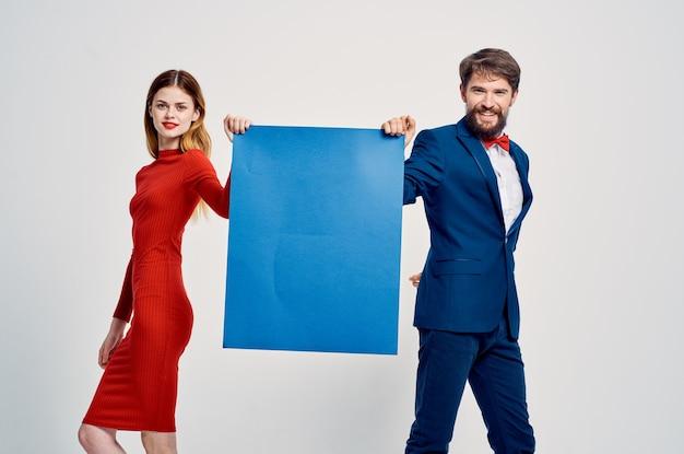 Banner publicitário de pôster azul bonito de homem e mulher