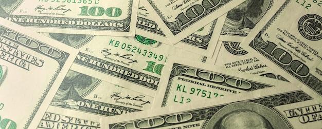 Banner uma pilha de cem notas de banco dos eua, dinheiro em dinheiro com notas de cem dólares, foto de fundo do dólar