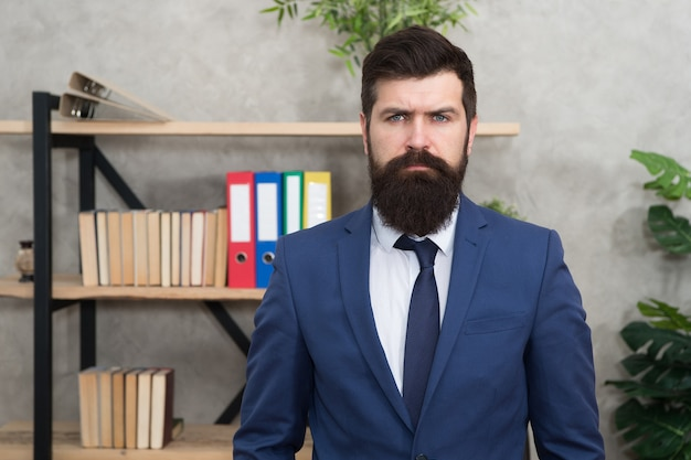 Banqueiro de negócios. empresário moderno. homem confiante e brutal. masculino no escritório de negócios. banqueiro de homem barbudo. hipster maduro com barba. empresário de terno. banqueiro de homem. banqueiro sério no escritório do banco.