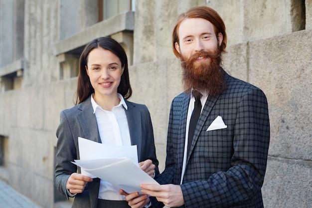Banqueiros com documentos