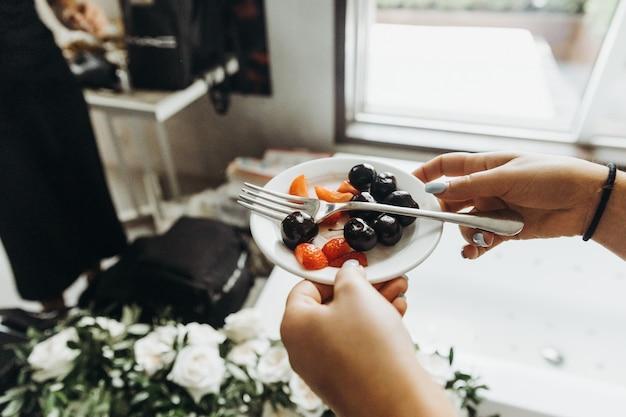 Banqueta clássica. mulher, segura, pequeno, prato, com, frutas, em, dela